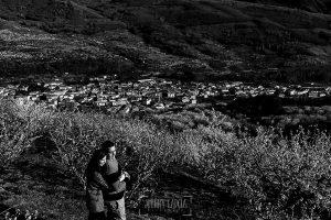 Pre boda en Jerte de Regina y Antonio realizada por Johnny Garcia, fotógrafo de bodas en Extremadura, en 2016, Regina abraza a Antonio, al fondo el pueblo de Jerte