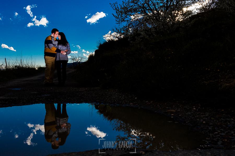Pre boda en Jerte de Regina y Antonio realizada por Johnny Garcia, fotógrafo de bodas en Extremadura, en 2016, Regina y Antonio reflejados en un charco