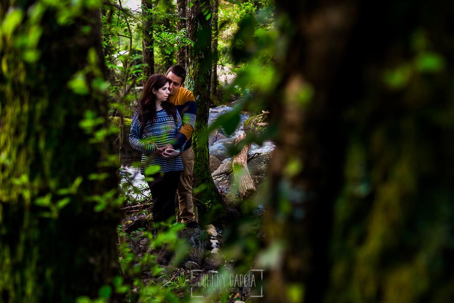 Pre boda en Jerte de Regina y Antonio realizada por Johnny Garcia, fotógrafo de bodas en Extremadura, en 2016, la pareja dentro de un bosque en Jerte