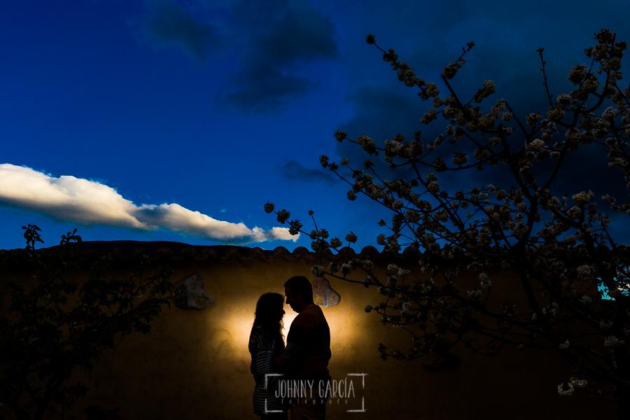Pre boda en Jerte de Regina y Antonio realizada por Johnny Garcia, fotógrafo de bodas en Extremadura, en 2016, la silueta de Regina y Antonio