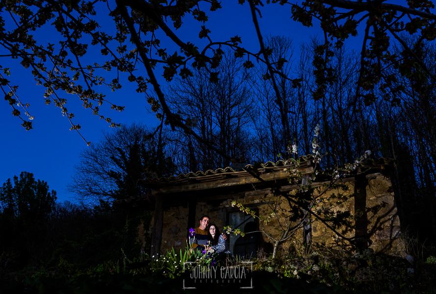 Pre boda en Jerte de Regina y Antonio realizada por Johnny Garcia, fotógrafo de bodas en Extremadura, en 2016, Regina y Antonio al anochecer en la casilla de sus abuelos
