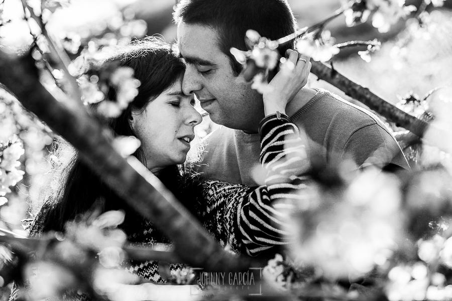 Pre boda en Jerte de Regina y Antonio realizada por Johnny Garcia, fotógrafo de bodas en Extremadura, en 2016, un retrato de la pareja entre un cerezo