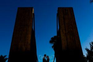 Pre boda en Madrid de Marta y Mauricio realizada por Johnny Garcia, fotógrafo de bodas en España, en 2016, La silueta de Marta y Mauricio entre dos torres