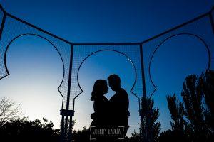 Pre boda en Madrid de Marta y Mauricio realizada por Johnny Garcia, fotógrafo de bodas en España, en 2016, un contraluz de la pareja bajo un cenador