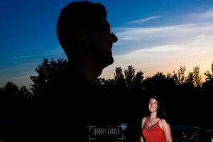 Pre boda en Madrid de Marta y Mauricio realizada por Johnny Garcia, fotógrafo de bodas en España, en 2016, MArta sonríe, en primer plano a contraluz Mauricio