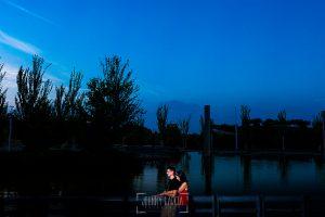 Pre boda en Madrid de Marta y Mauricio realizada por Johnny Garcia, fotógrafo de bodas en España, en 2016, Marta y Mauricio abrazados junto al lago del parque de Juan Carlos I de Madrid