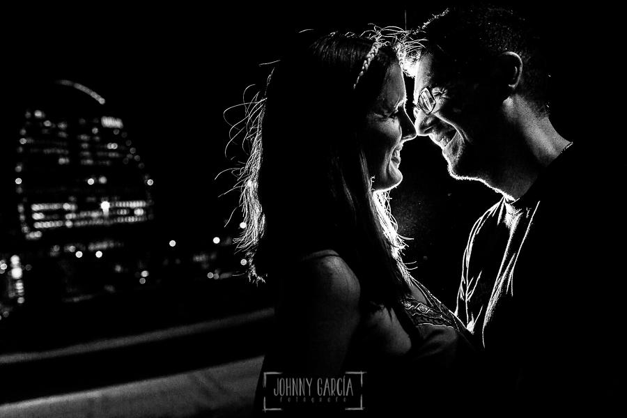 Pre boda en Madrid de Marta y Mauricio realizada por Johnny Garcia, fotógrafo de bodas en España, en 2016, retrato de la pareja por las calles de Madrid ya en la noche