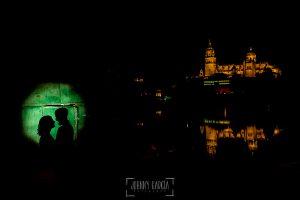 Pre boda Salamanca. Pre boda en Salamanca de Beatriz y Jose Manuel realizada por el fotógrafo de bodas en Salamanca Johnny Garcia, la pareja a contraluz sobre una caseta del embarcadero del río Tormes en Salamanca, al fondo la catedral reflejada en el río
