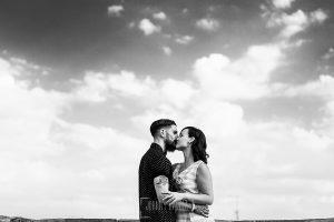 pre boda en Salamanca de Beatriz y Jose Manuel realizada por el fotógrafo de bodas en Salamanca Johnny Garcia, un retrato de Beatriz y Jose Manuel mientras se besan. Pre boda Salamanca.