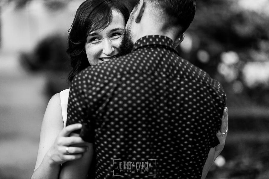 pre boda en Salamanca de Beatriz y Jose Manuel realizada por el fotógrafo de bodas en Salamanca Johnny Garcia, beatriz sonríe en brazos de Jose Manuel