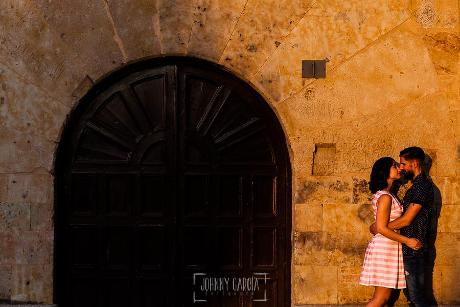 pre boda en Salamanca de Beatriz y Jose Manuel realizada por el fotógrafo de bodas en Salamanca Johnny Garcia, la pareja al lado de una fachada monumental y típica de piedra de Salamanca