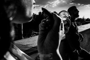 Pre boda Salamanca. pre boda en Salamanca de Beatriz y Jose Manuel realizada por el fotógrafo de bodas en Salamanca Johnny Garcia, Beatriz reflejada en un espejo de mano mientras se pinta los labios, al fondo jose Manuel
