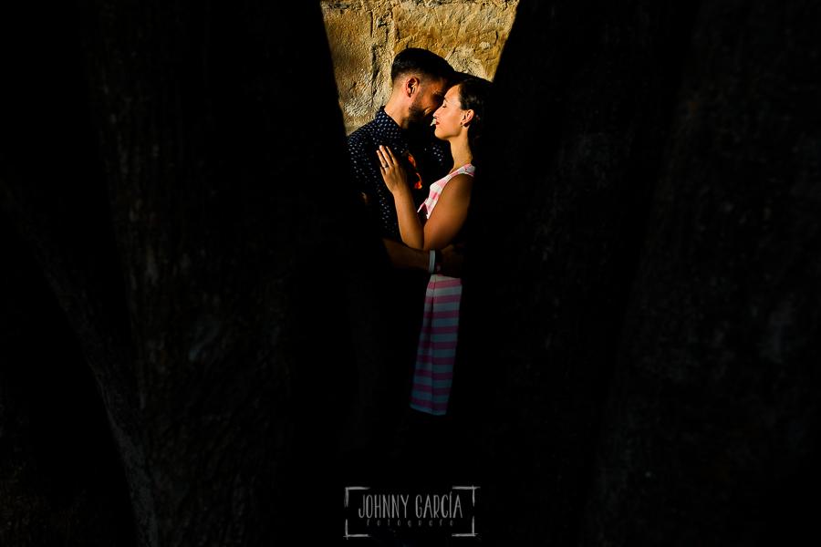 pre boda en Salamanca de Beatriz y Jose Manuel realizada por el fotógrafo de bodas en Salamanca Johnny Garcia, Beatriz y jose Manuel a través de un hueco entre los árboles