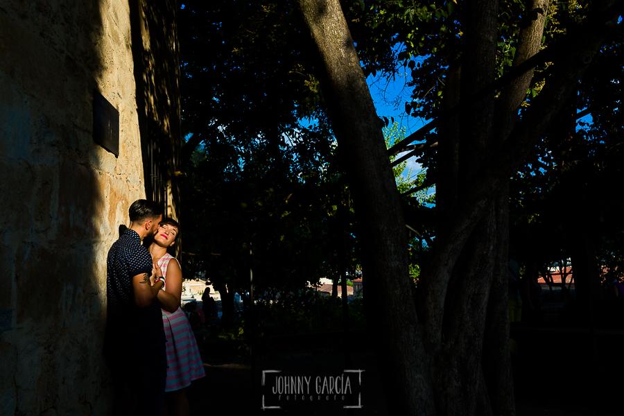 pre boda en Salamanca de Beatriz y Jose Manuel realizada por el fotógrafo de bodas en Salamanca Johnny Garcia, la pareja en el huerto de Calixto y Melibea