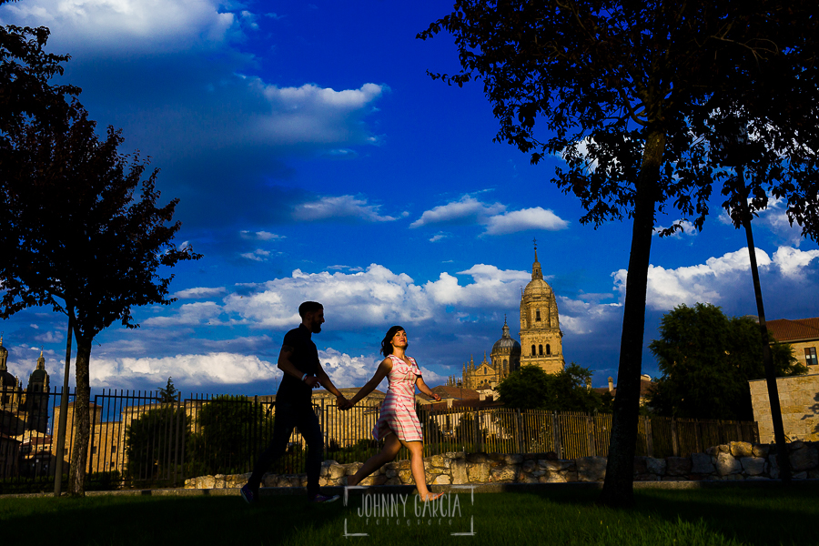 pre boda en Salamanca de Beatriz y Jose Manuel realizada por el fotógrafo de bodas en Salamanca Johnny Garcia, la pareja corre por un parque de Salamanca