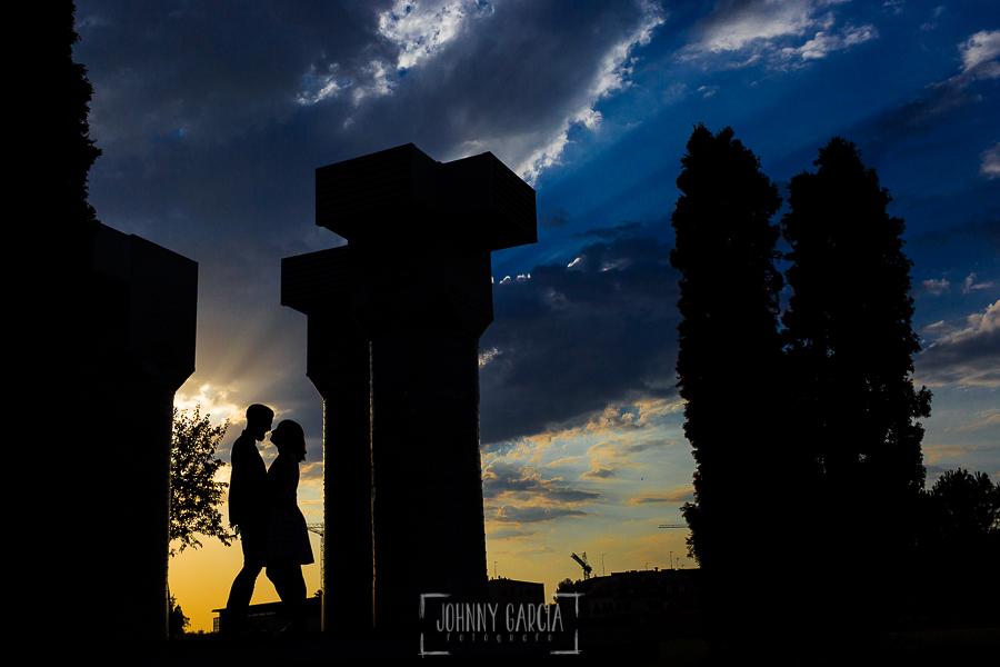 pre boda en Salamanca de Beatriz y Jose Manuel realizada por el fotógrafo de bodas en Salamanca Johnny Garcia, la silueta de la pareja, al fondo la puesta de sol