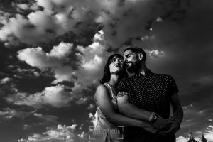 Pre boda Salamanca. pre boda en Salamanca de Beatriz y Jose Manuel realizada por el fotógrafo de bodas en Salamanca Johnny Garcia, un retrato de la pareja con un cielo plagado de nubes