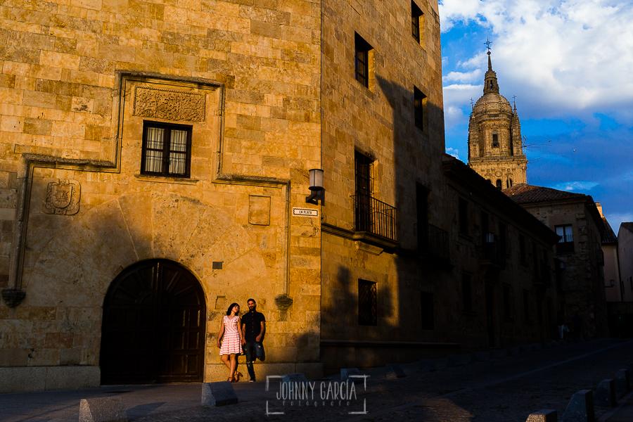 pre boda en Salamanca de Beatriz y Jose Manuel realizada por el fotógrafo de bodas en Salamanca Johnny Garcia, la pareja en una calle de Salamanca