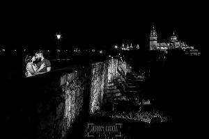 Pre boda Salamanca. pre boda en Salamanca de Beatriz y Jose Manuel realizada por el fotógrafo de bodas en Salamanca Johnny Garcia, la pareja se besa en el Puente Romano de Salamanca