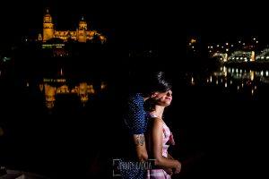 Pre boda Salamanca. pre boda en Salamanca de Beatriz y Jose Manuel realizada por el fotógrafo de bodas en Salamanca Johnny Garcia, la pareja abrazados junto al río Tormes