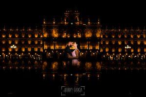 pre boda en Salamanca de Beatriz y Jose Manuel realizada por el fotógrafo de bodas en Salamanca Johnny Garcia, Beatriz y jose Manuel en la Plaza Mayor de Salamanca en su sesión de pre boda. Pre boda Salamanca.