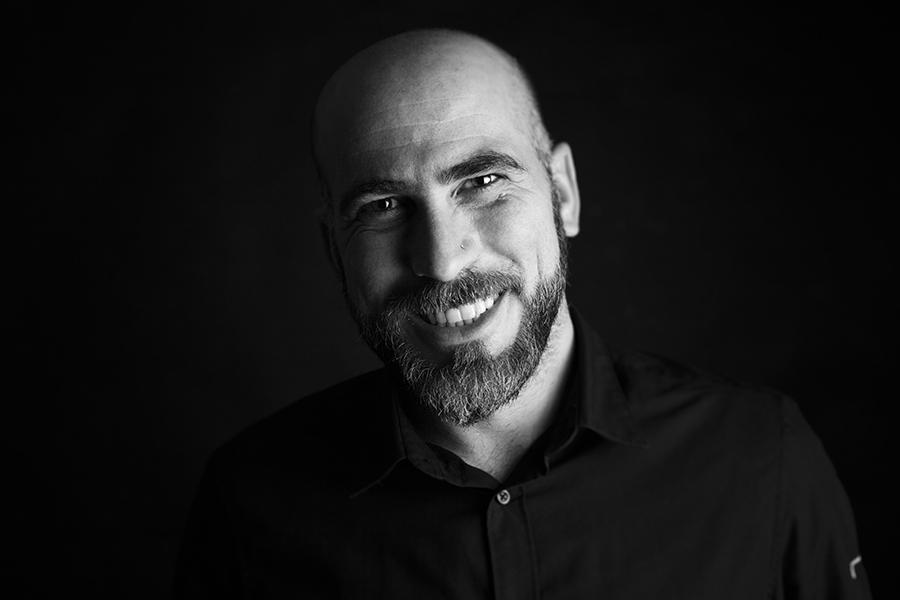 Retrato de Johnny García fotógrafo de bodas en España y ponente de Maxcolor