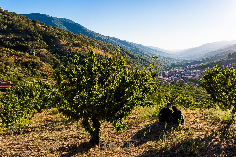 Fotografía de la pre boda en Tornavacas de Mercedes y Fran, realizada por Johnny García, fotógrafo de bodas en Extremadura, la pareja sentada disfrutando de las vistas del Valle del Jerte
