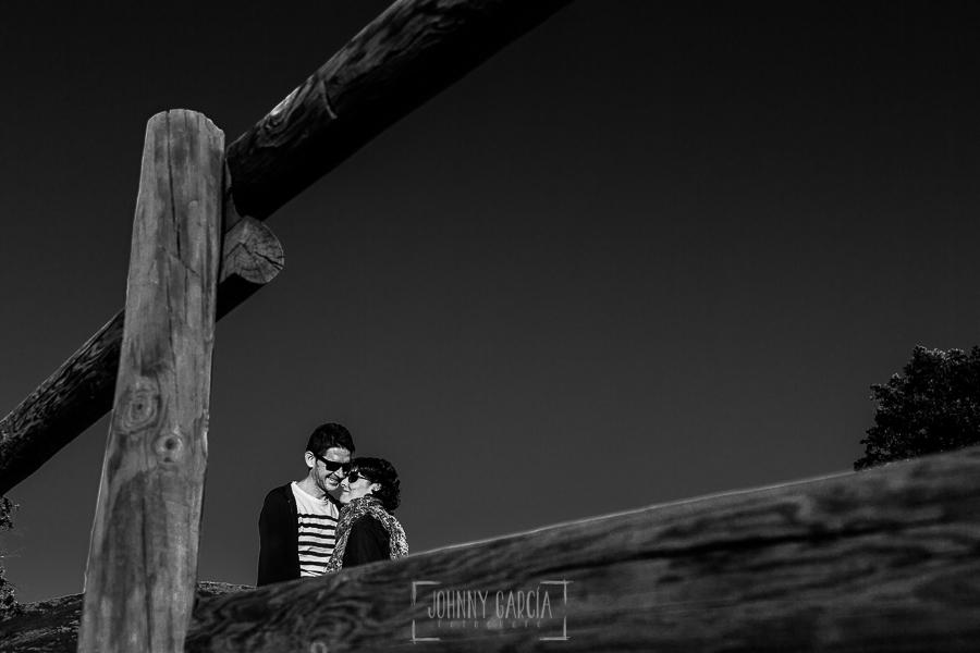 Fotografía de la pre boda en Tornavacas de Mercedes y Fran, realizada por Johnny García, fotógrafo de bodas en Extremadura, la pareja en lo anto de la Cruz en Tornavacas