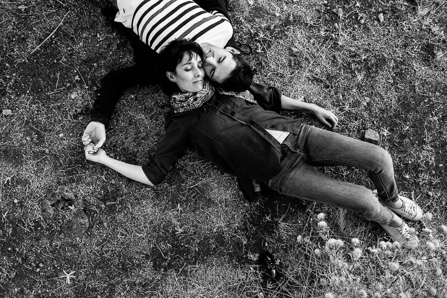 Fotografía de la pre boda en Tornavacas de Mercedes y Fran, realizada por Johnny García, fotógrafo de bodas en Extremadura, la pareja tumbada en el suelo