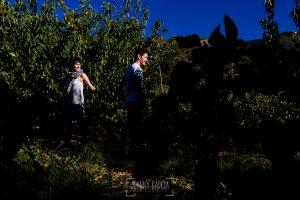 Fotografía de la pre boda en Tornavacas de Mercedes y Fran, realizada por Johnny García, fotógrafo de bodas en Extremadura, en la finca del padre de Fran en el Valle del jerte