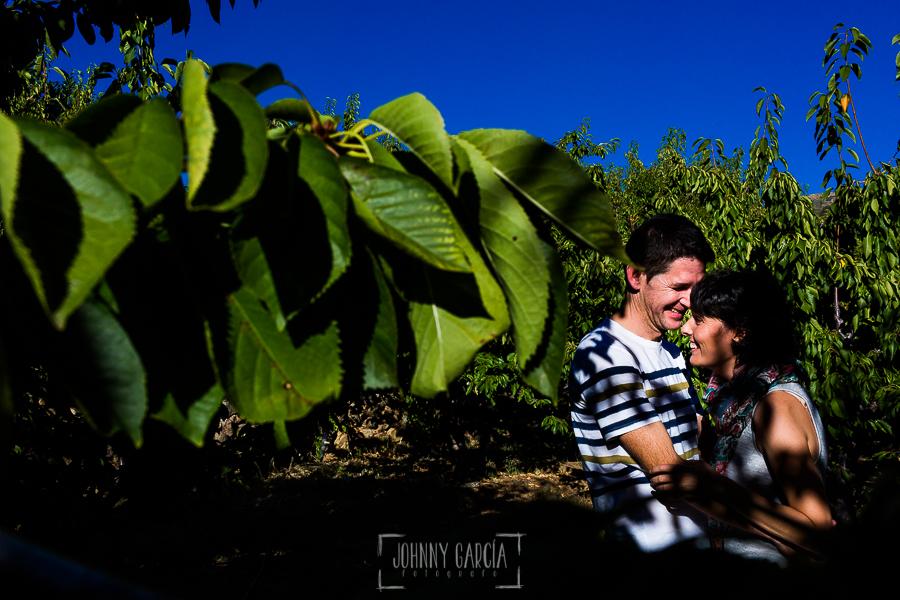 Fotografía de la pre boda en Tornavacas de Mercedes y Fran, realizada por Johnny García, fotógrafo de bodas en Extremadura, un retrato de la pareja entre ramas de cerezos