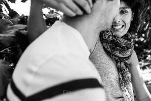 Fotografía de la pre boda en Tornavacas de Mercedes y Fran, realizada por Johnny García, fotógrafo de bodas en Extremadura, un retrato de Mercedes mientras mira a Fran