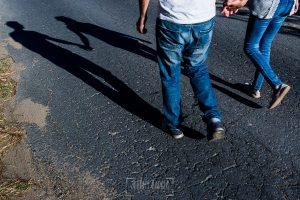 Fotografía de la pre boda en Tornavacas de Mercedes y Fran, realizada por Johnny García, fotógrafo de bodas en Extremadura, las sombras de la pareja en el camino mientras dan el paseo