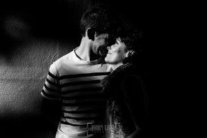 Fotografía de la pre boda en Tornavacas de Mercedes y Fran, realizada por Johnny García, fotógrafo de bodas en Extremadura, un retrato de la pareja en blanco y negro