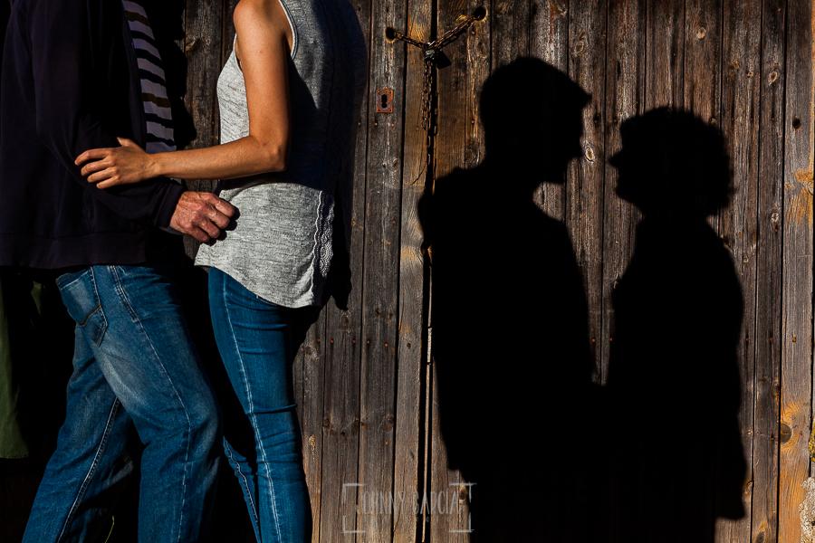 Fotografía de la pre boda en Tornavacas de Mercedes y Fran, realizada por Johnny García, fotógrafo de bodas en Extremadura, la sombras de la pareja sobre una puerta de madera