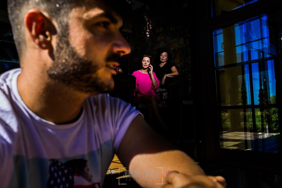 Boda en Hervás de Tamara y Sergio realizada por Johnny García, fotógrafo bodas Extremadura, la novia habla por teléfono