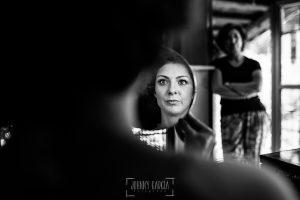 Boda en Hervás de Tamara y Sergio realizada por Johnny García, fotógrafo bodas Extremadura, la novia se mira al espejo, al fondo su madre