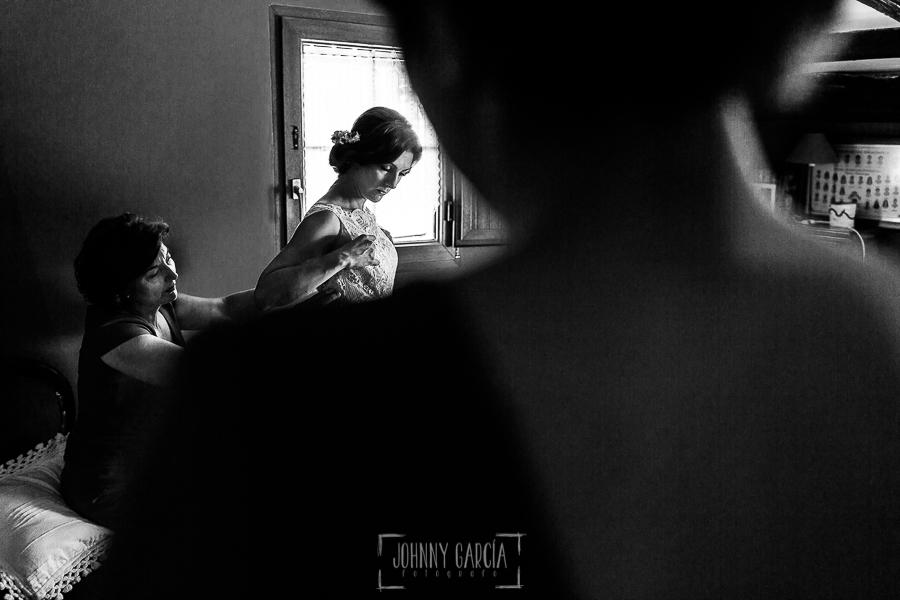 Boda en Hervás de Tamara y Sergio realizada por Johnny García, fotógrafo bodas Extremadura, la novia vistiéndose junto a sus amigas