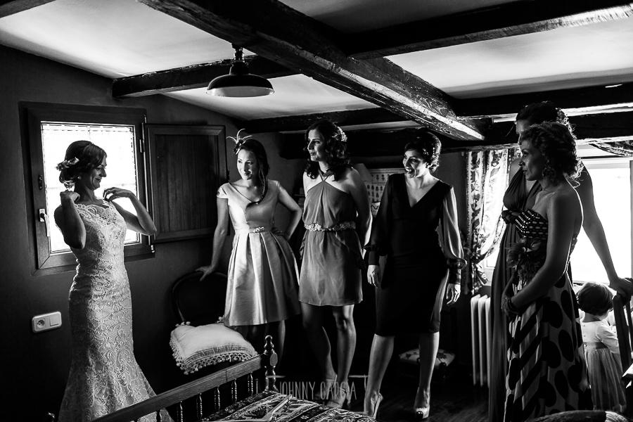 Boda en Hervás de Tamara y Sergio realizada por Johnny García, fotógrafo bodas Extremadura, la novia con sus amigas y familiares