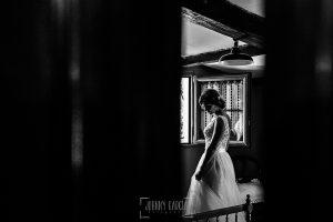 Boda en Hervás de Tamara y Sergio realizada por Johnny García, fotógrafo bodas Extremadura, la novia en su habitación