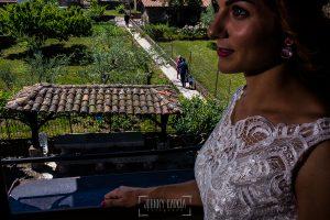 Boda en Hervás de Tamara y Sergio realizada por Johnny García, fotógrafo bodas Extremadura, el novio va camino del altar, vito desde la ventana de la novia