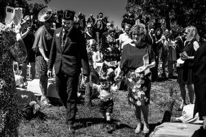 Boda en Hervás de Tamara y Sergio realizada por Johnny García, fotógrafo bodas Extremadura, el novio junto a su madre llegan al altar