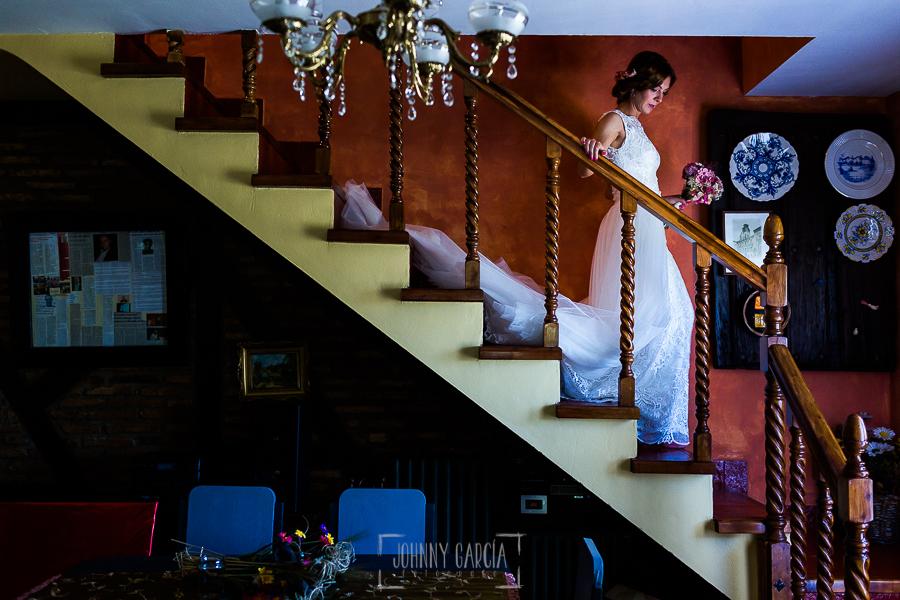 Boda en Hervás de Tamara y Sergio realizada por Johnny García, fotógrafo bodas Extremadura, Tamara baja de su habitación