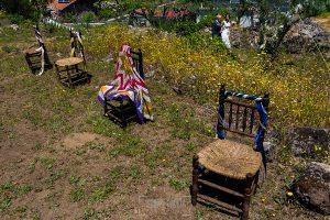 Boda en Hervás de Tamara y Sergio realizada por Johnny García, fotógrafo bodas Extremadura, la novia del brazo del padrino se dirige al altar