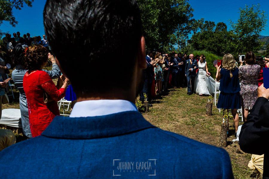 Boda en Hervás de Tamara y Sergio realizada por Johnny García, fotógrafo bodas Extremadura, la novia se acerca al novio en el altar