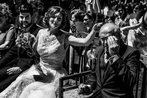 Boda en Hervás de Tamara y Sergio realizada por Johnny García, fotógrafo bodas Extremadura, el padre de la novia emocionado