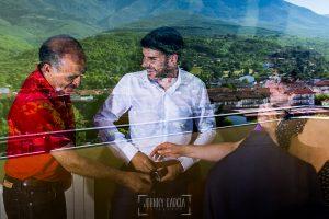 Boda en Hervás de Tamara y Sergio realizada por Johnny García, fotógrafo bodas Extremadura, reflejo en el cristal del hotel mientras se viste Sergio