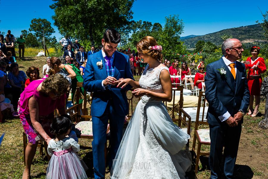 Boda en Hervás de Tamara y Sergio realizada por Johnny García, fotógrafo bodas Extremadura, momento del Si, Quiero, el novio pone el anillo a la novia