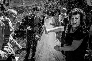 Boda en Hervás de Tamara y Sergio realizada por Johnny García, fotógrafo bodas Extremadura, al terminar la ceremonia se tira arroz a los novios