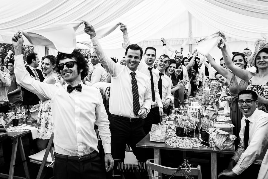 Boda en Hervás de Tamara y Sergio realizada por Johnny García, fotógrafo bodas Extremadura, los amigos de los novios los reciben en el banquete